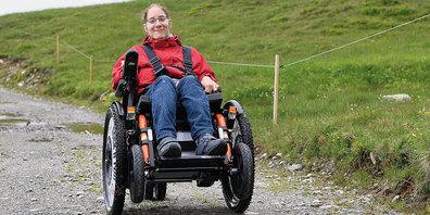 Menschen mit Gehbehinderung können neu auf der Madrisa einen  geländegängigen Rollstuhl JST Mountain Drive mieten und damit  verschiedene attraktive Wanderungen unternehmen.