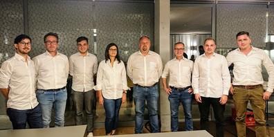 Der neuformierte Vorstand des FC Zuzwil: v.l. Andreas Spari (Marketing), Urs Gschwend (Bauchef), Valerio Siara (Social Media), Sabina Weber (Finanzen), Oliver Schwingenschrot (Präsident), Stephan Fässler (Junioren-Obmann), Pascal Sauter (Schiedsrichter-Obmann) und Flavio Candinas (Senioren-Obmann). Ferienbedingt abwesend: Beni Kuhn (Sportchef) und Clemens Scherrer (Aktuar).