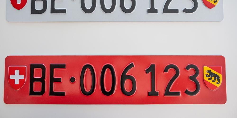 Für Veloträger kann ab dem 1. März 2022 ein rotes Kontrollschild bestellt werden.