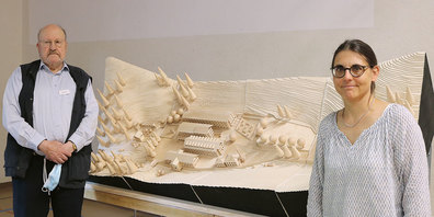 Hobby-Modellbauer Peter Aebi und Historikerin Karin Fuchs präsentieren das Modell «Altes Bad Fideris».