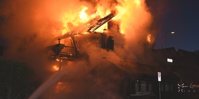 Beim Eintreffen der Rettungskräfte stand das ältere Doppeleinfamilienhaus bereits in Vollbrand.