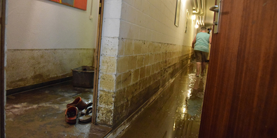 Den ganzen Tag lang waren Märchlerinnen und Märchler sowie Feuerwehrleute und Zivilschüter damit beschäftigt, Dreck aus den Kellern und Garagen zu schaffen. Doch verloren ist schon vieles.