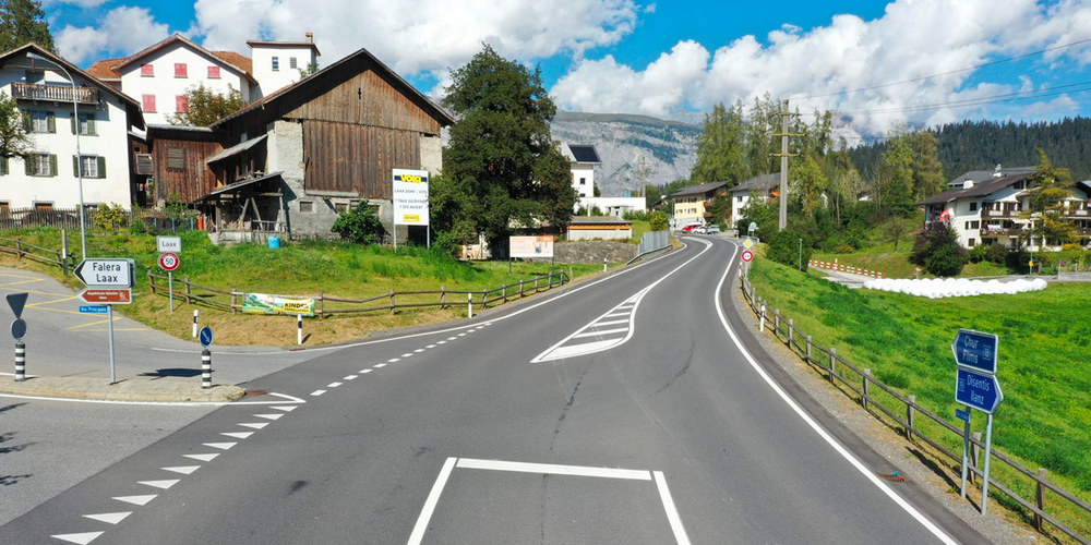 Strassenverlauf bei der Unfallstelle / Drohnenaufnahme Kapo GR