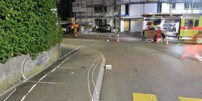 Bei einem Unfall krachte das Fahrzeug in eine Hausmauer.