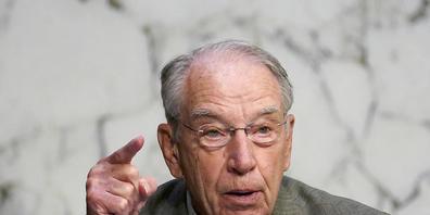 ARCHIV - Chuck Grassley, Senator der Vereinigten Staaten und Mitglied des Justizausschusses des Senats, spricht bei der Anhörung der Kandidatin für das Richteramt am Obersten Gericht der USA, Barrett, im Justizausschuss des Senats auf dem Capitol ...