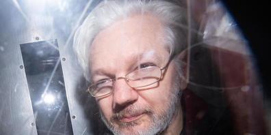 ARCHIV - Wikileaks-Gründer Julian Assange verlässt im Januar 2020 ein Gericht. In London beschäftigt sich erneut ein Gericht mit der Frage, ob der Wikileaks-Gründer in die USA ausgeliefert werden soll. Foto: Dominic Lipinski/PA Wire/dpa