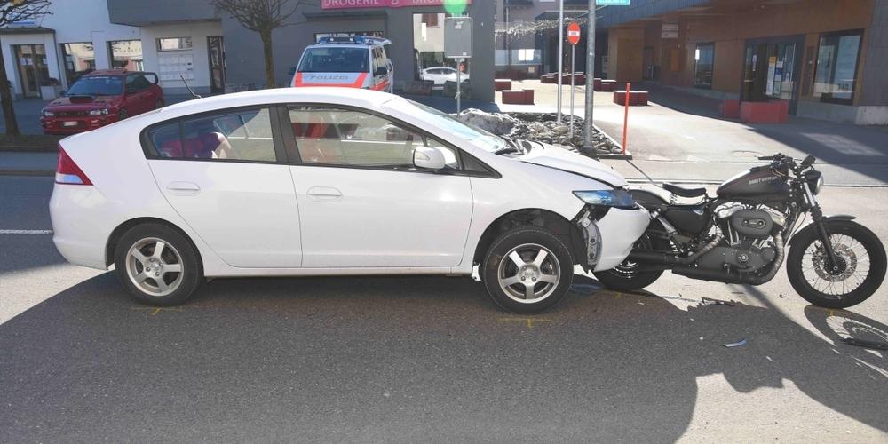 Durch den Aufprall blieb das Heck des Motorrades in der Front des Autos stecken.