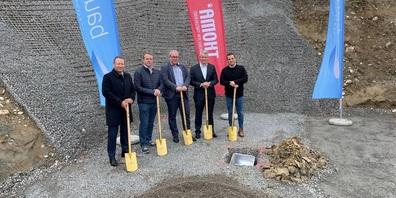 Bauherr Patrick Thoma (ganz links) mit Stadtpräsident Ruedi Mattle (3. von links) und Vertretern der Partnerunternehmen