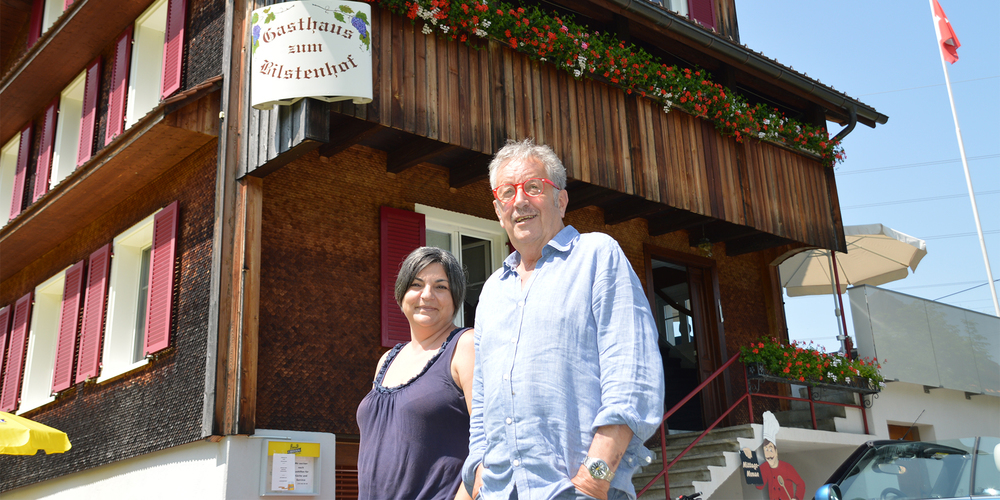 Der neue «Bilstenhof»-Wirt Ernst Zollinger und seine Servicefachkraft Chantal Mächler freuen sich auf die Zukunft im schmucken Restaurant oberhalb Altendorf.