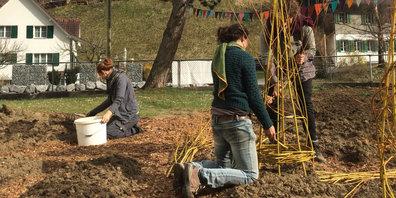 Das Projektteam im Begegnungsgarten bei der Arbeit