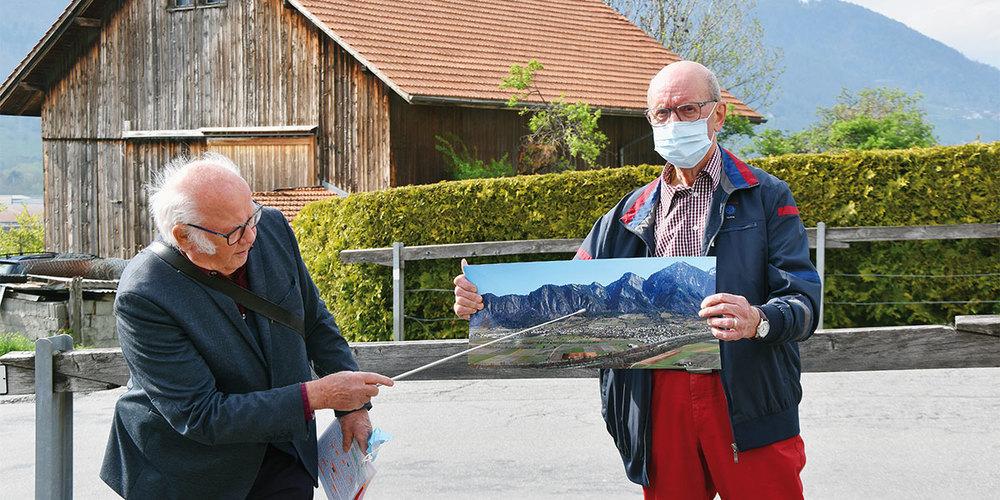 Hans Hürlimann (links) übernimmt den historischen Teil der Führung. Unterstützung erhält er durch Barthli Hunger.
