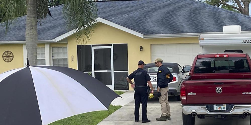 Beamte der Strafverfolgungsbehörden untersuchen das Haus eines jungen Mannes, der im Zusammenhang mit dem Verschwinden seiner Freundin Gabby Petito verhört werden soll. Foto: Curt Anderson/AP/dpa