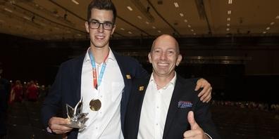 Nach der Siegerehrung an den EuroSkills: Sandro Weber mit Goldmedaille, begleitet von Experte Martin Schär.