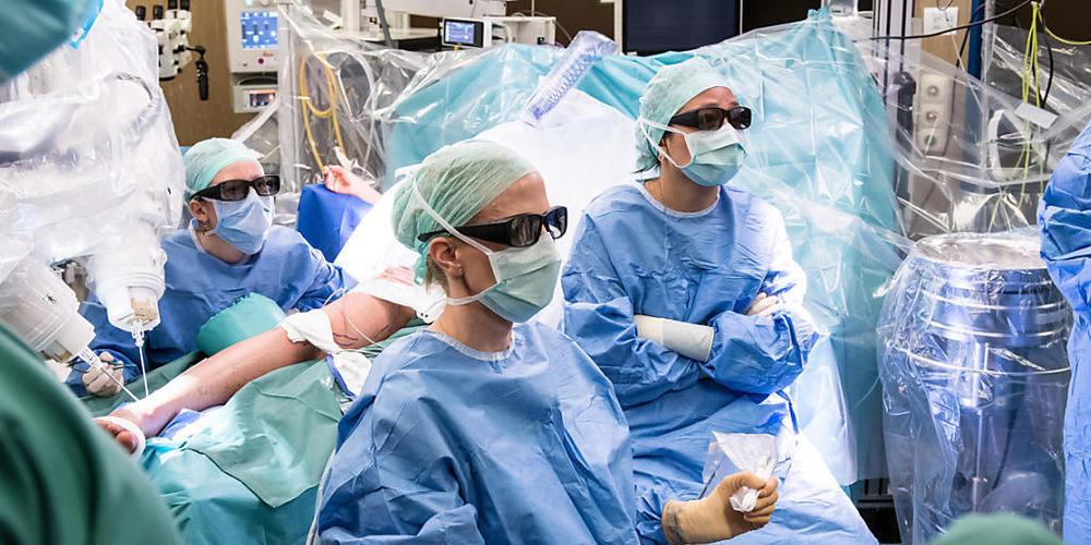 Die Chirurgin Nicole Lindenblatt und ihr Team operieren robotergestützt und ferngesteuert an winzig feinen Lymphgefässen. Dass die Ausführende dabei sitzen kann ist bei einer mehrstündigen Operation ein nicht zu unterschätzender Vorteil (Pressebild).