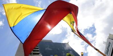 ARCHIV - Die Fahne von Venezuela vor einem Gebäude in der Hauptstadt Caracas. Foto: Rafael Hernandez/dpa