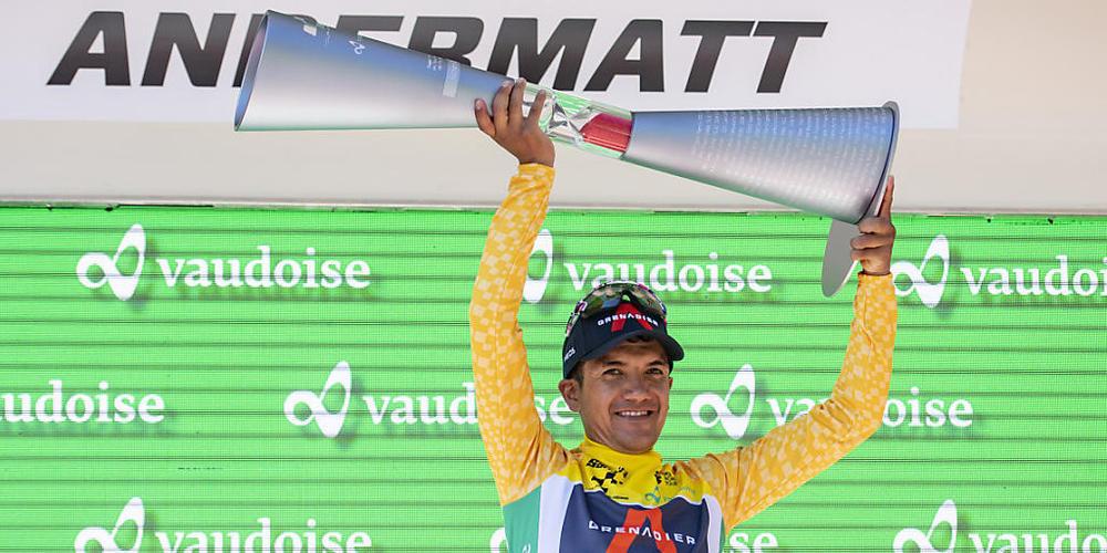 Richard Carapaz stemmt in Andermatt den schweren Siegerpokal in die Höhe