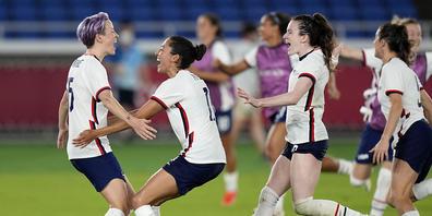 Megan Rapinoe (links), im Spiel um Platz 3 gegen Australien Doppeltorschützin, beim Jubeln mit ihren Teamkolleginnen