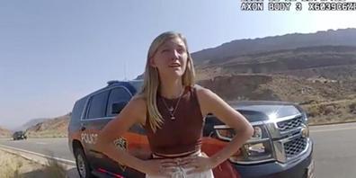 Gabrielle «Gabby» Petito spricht in einer Polizeikontrolle mit einem Beamten. Foto: Uncredited/The Moab Police Department/AP/dpa - ACHTUNG: Nur zur redaktionellen Verwendung im Zusammenhang mit der aktuellen Berichterstattung und nur mit vollständ...