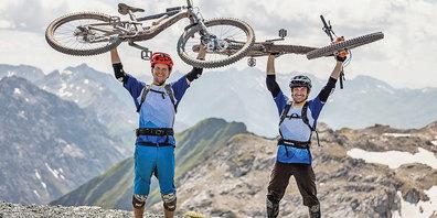 Die zwei Amateur-Mountainbiker Ralph Van Den Berg und Silvan  Marfurt freuen sich über ihren Singletrail-Weltrekord.