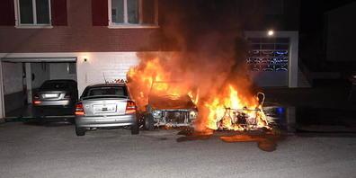 In Thal SG sind am Montagabend drei abgestellte Autos ausgebrannt. Sie sollten später entsorgt werden.