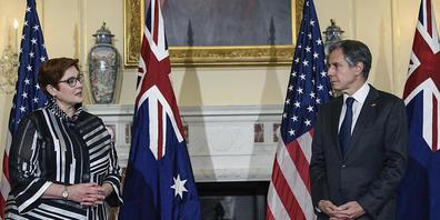 Antony Blinken (r), Außenminister der USA, und Marise Payne, Außenministerin von Australien, unterhalten sich im Außenministerium in Washington. Foto: Nicholas Kamm/Pool AFP/AP/dpa