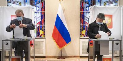 dpatopbilder - Russische Bürger geben ihre Stimmzettel in der Botschaft im litauischen Vilnius ab. Foto: Mindaugas Kulbis/AP/dpa