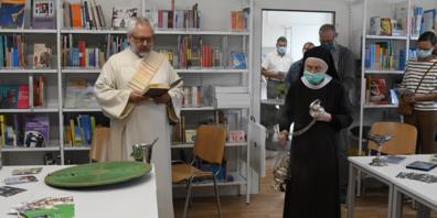 Diakon Franz Kreissl, Leider des Pastoralamtes Bistum St.Gallen segnete die Räume ein, unterstützt von Sakristanin Sr. M. Johanna Suter, Kloster Maria Hilf.