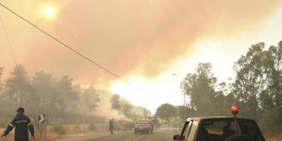 dpatopbilder - Feuerwehrleute bekämpfen einen Waldbrand in der Nähe des Dorfes Lampiri, westlich von Patras. Foto: Andreas Alexopoulos/AP/dpa