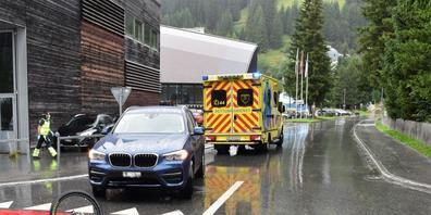 Der 14-Jährige wurde beim Zusammenstoss mit dem Auto leicht verletzt und mit der Ambulanz ins Spital Davos gebracht.