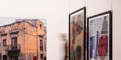 """Werke und Werkdokumentationen von Giovanno Bosco in der Ausstellung """"Ecrits d'Art Brut - Wilde Worte und Denkweisen"""" im Museum Tinguely."""