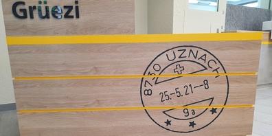 Viel Holz und helle Farben prägen die Räumlichkeiten der Uzner Postfiliale nach der Modernisierung.