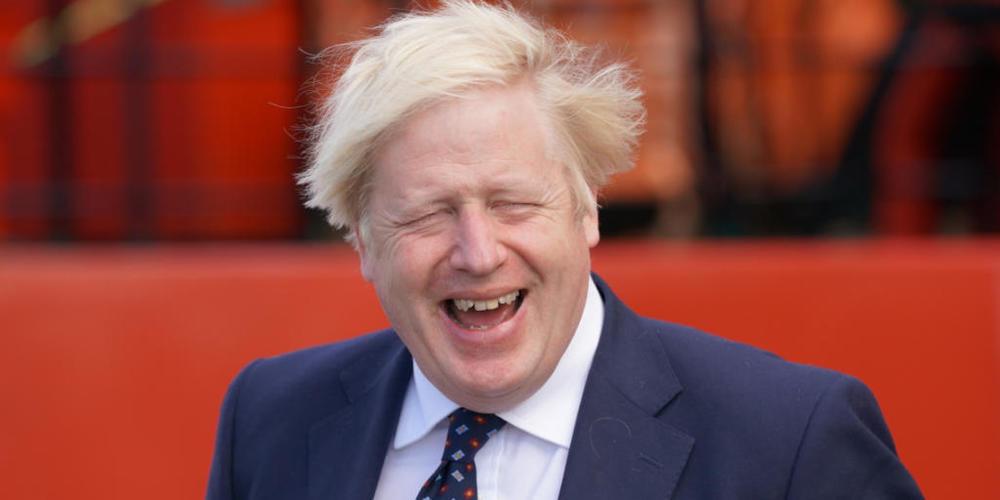 Premier Boris Johnson zeigt sich bei einem Besuch in Schottland gut gelaunt. Foto: Jane Barlow/PA Wire/dpa