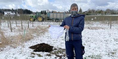Petra Hager von der Juckerefarm vergräbt Unterhosen und Teebeutel.