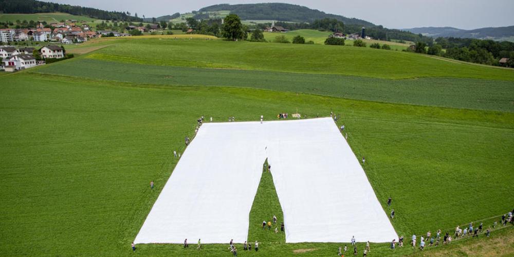 Diese Hose ist die grösste der Welt und wurde am Sonntag in Beromünster im Kanton Luzern präsentiert.