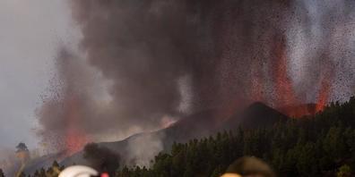 Feuerwehrmänner sind bei dem Vulkan Cumbre Vieja auf der kanarischen Insel La Palma im Einsatz. Foto: Arturo Jimenez/dpa