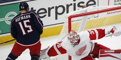 Fühlt sich im blauen Jacket wohl. Grégory Hofmann lässt sich im Dress der Columbus Blue Jackets den ersten NHL-Skorerpunkt gutschreiben. (Archivaufnahme)