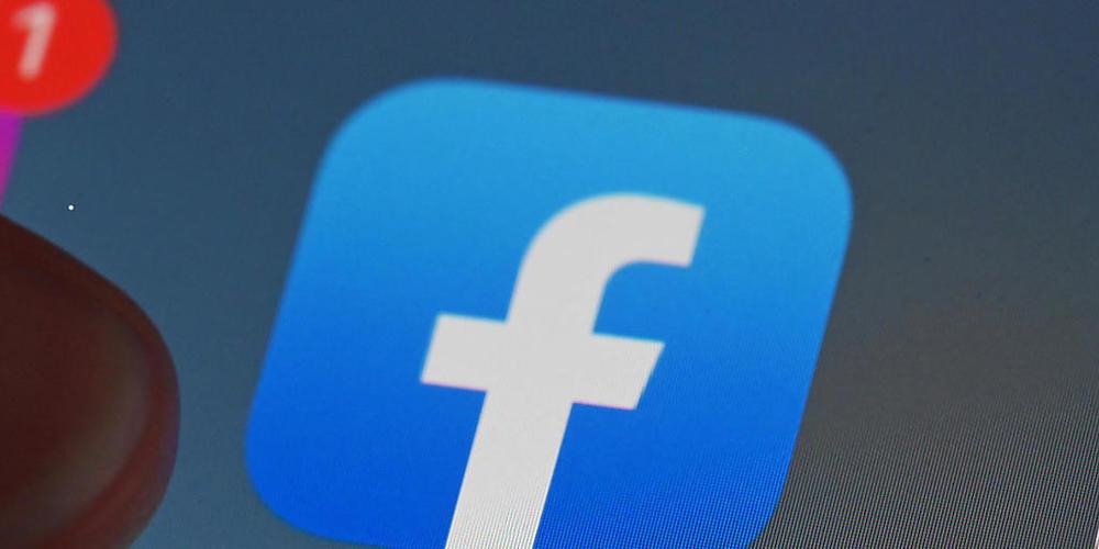 ARCHIV - Auf dem Bildschirm eines Smartphones ist die Facebook-App zu sehen. In Russland sind die sozialen Netzwerke Facebook, Telegram und Twitter zum wiederholten Mal zu Geldstrafen verurteilt worden, weil sie verbotene Inhalte nicht gelöscht ha...