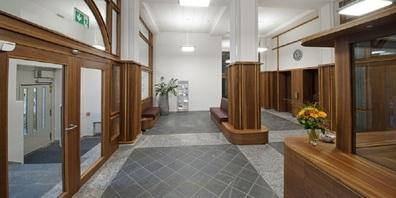 Umgestalteter Eingangsbereich des Regierungsgebäudes.