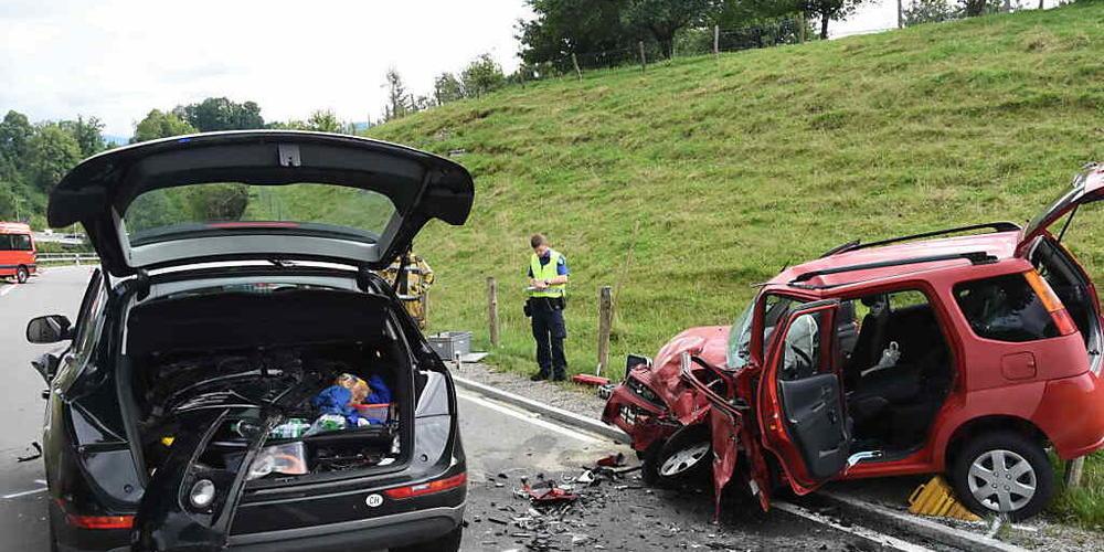 Bei einem Unfall in Lütisburg SG ist am Freitagabend eine 21-jährige Frau in ihrem Auto eingeklemmt worden. Sie wurde schwer verletzt.