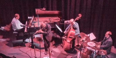 Flute Jazz Four, vier kraftvolle Jazzmusiker: Peter Madsen (Piano), Erich Tiefenthaler (Flöte), Dietmar Kirchner (Bass) und Patrick Manzecchi (Schlagzeug).