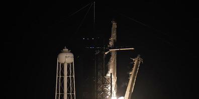 Eine SpaceX Falcon 9 Rakete mit vier Privatpersonen an Bord hebt von der Rampe 39A des Kennedy Space Centers ab. Foto: Chris O'meara/AP/dpa