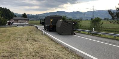 Der Anhänger kippte auf der Autobahnausfahrt Tuggen zur Seite.