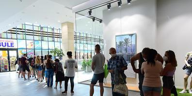 Menschen stehen in einem tschechischen Einkaufszentrum Schlange, um eine Impfung gegen das Coronavirus zu erhalten. Foto: Peøina Ludìk/CTK/dpa