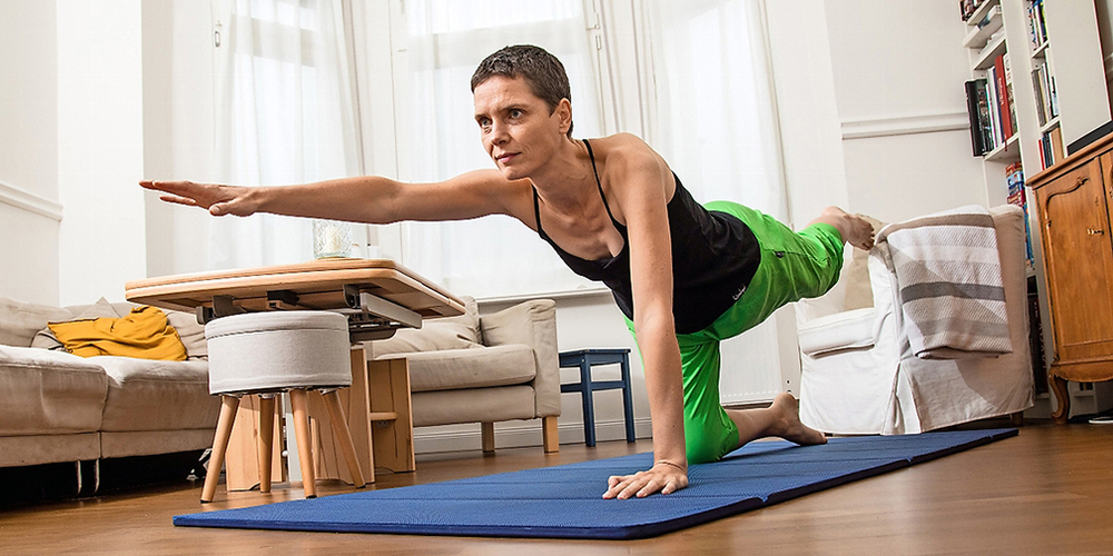 Kräftigend und zugleich koordinativ anspruchsvoll ist  das diagonale Anheben von Arm und Bein im Vierfüssler-Stand.