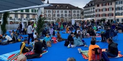 Der ganze Fischmarktplatz in Rapperswil ist gut gefüllt, immer mehr Menschen kamen, um ein Zeichen zu setzen.