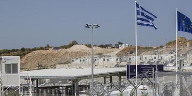 Zu sehen ist das Haupttor des neu eingerichteten Flüchtlingslagers auf der Insel Samos. Das Lager auf der griechischen Insel soll 3000 Menschen Platz bieten. Die Anlage liegt rund fünf Kilometer vom einstigen provisorischen Lager nahe des Ortes Va...