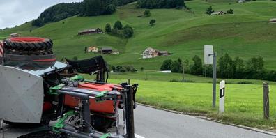 Unfall mit Traktor: Das landwirtschaftliche Fahrzeug verlor am Montag in Appenzell ein Vorderrad und überschlug sich. Der Fahrer wurde am Kopf verletzt.