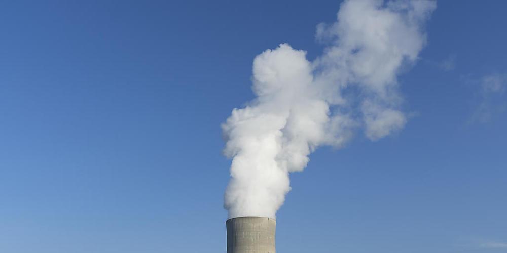 Dampf strömt aus dem Kühlturm des Kernkraftwerks Gösgen SO. (Archivbild)