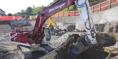 Ein Aushubbagger der Blöchlinger AG auf der Baustelle der Überbauung Rosengartenstrasse in Schmerikon. Das anfallende Aushubmaterial wird wiederverwertet.