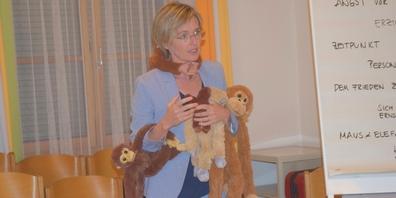 Referentin Silvia Brunner-Knobel zeigte anschaulich, wie viele «Affen» sich an einem festklammern, wenn man Dinge nicht anspricht.